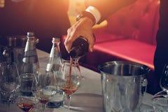 El abastecimiento del degustation del vino mantiene el fondo con los vidrios de vino Fotografía de archivo