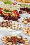 El abastecimiento mantiene la comida en la tabla al aire libre del partido Imagen de archivo libre de regalías