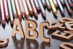 El ABC de madera pone letras a concepto del fondo de la escuela Foto de archivo