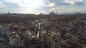 El abejón aéreo tiró de día soleado en Estambul, Turkie Desde arriba de, centro de ciudad, céntrico Bosphorus almacen de video