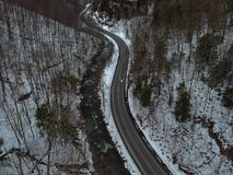 El abejón aéreo tiró de la carretera con curvas a través de las montañas Foto de archivo libre de regalías