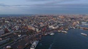 El abejón aéreo tiró de salida del sol en Estambul, Turkie Desde arriba de, centro de ciudad, céntrico Bosphorus almacen de video