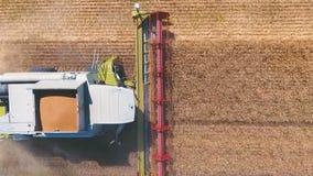 El abejón aéreo tiró de un día laborable de la máquina segadora en grande un campo De tapa almacen de video