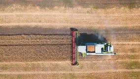 El abejón aéreo tiró de un día laborable de la máquina segadora en grande un campo De tapa metrajes