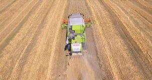 El abejón aéreo tiró de una máquina segadora que trabajaba en un campo de trigo