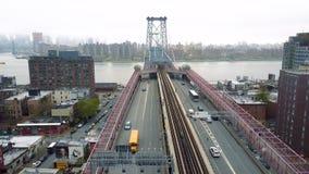 El abejón aéreo tiró del distrito de Williamsburg, New York City Calles y cruces NYC, LOS E.E.U.U. metrajes