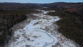 El abejón aéreo tiró del río congelado en el norte del estado Nueva York durante el invierno metrajes