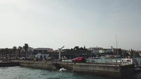 El abejón aéreo vuela sobre el mar cerca de la playa, vuelo más allá del los yates grandes almacen de metraje de vídeo