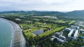 El abejón de desplazamiento liso aéreo tiró con el panorama de la ciudad Hua Hin y de la playa en Tailandia almacen de metraje de vídeo