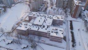 El abejón del invierno tiró de los edificios residenciales de la puesta del sol de la nieve de los suburbios de la ciudad de Mins almacen de metraje de vídeo