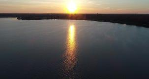 el abejón del lago sunrise 4K vuela al revés entonces para arriba sobre el lago almacen de metraje de vídeo
