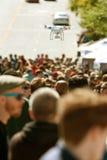 El abejón del vuelo asoma sobre la muchedumbre en la feria Foto de archivo libre de regalías