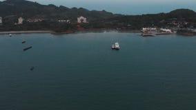 El abejón está haciendo girar alrededor su eje En el marco del puerto en la ciudad de Kuah almacen de video