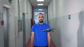 El abejón está siendo controlado por un hombre en auriculares de EEG metrajes