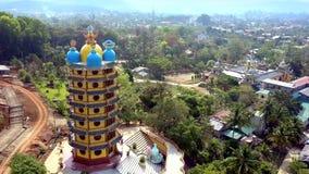 El abejón gira alrededor de pagoda de varios pisos en solar almacen de video
