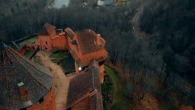 El abejón inclina abajo de punto bajo sobre el castillo antiguo de Turaida y de reserva del museo en Sigulda, Letonia, una señal  metrajes