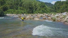 El abejón muestra a Fisher Back Throwing Rod en el río de la montaña metrajes