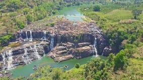 El abejón muestra las cascadas del acantilado contra las montañas de la selva