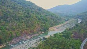 El abejón muestra vueltas rocosas del río entre la montaña ilustrada almacen de video