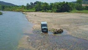 El abejón quita de Jeep Going Round Obstacle contra paisaje metrajes