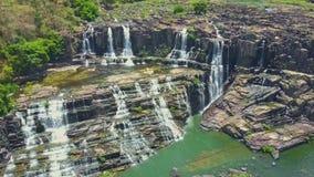 El abejón quita de las cascadas ilustradas conecta en cascada a la charca del río