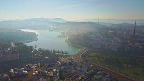 El abejón quita del lago entre ciudad moderna por mañana