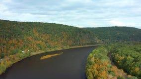 El abejón saca del río Delaware superior almacen de metraje de vídeo