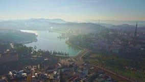 El abejón se acerca al lago asombroso entre ciudad moderna en el amanecer