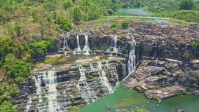 El abejón se mueve a la cascada de las cascadas con los rápidos entre la montaña