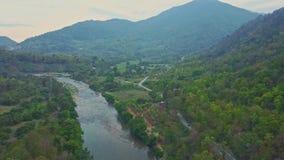 El abejón sube sobre el valle de Green River contra paisaje montañoso almacen de metraje de vídeo