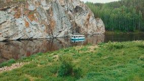 El abejón tiró las velas del barco de río en el río de la montaña Tranvía del río Turismo del agua almacen de metraje de vídeo