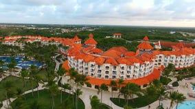 El abejón vuela a lo largo de un hotel grande