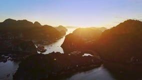 El abejón vuela sobre el archipiélago de la isla en bahía con los barcos en la salida del sol almacen de metraje de vídeo
