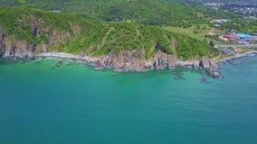 El abejón vuela sobre Azure Bay Shows Hills con los acantilados escarpados