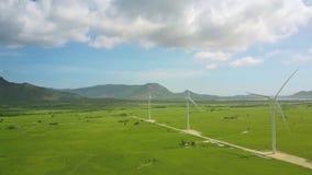 El abejón vuela sobre centrales eléctricas de energía eólica en valle de la montaña almacen de video