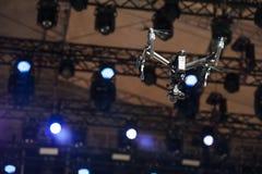 El abejón vuela sobre etapa imagenes de archivo