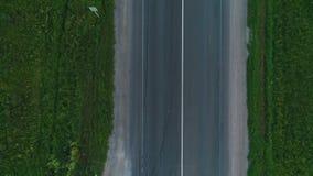 El abejón vuela sobre la autopista La visión desde la tapa almacen de metraje de vídeo