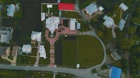 El abejón vuela sobre los tejados del tablero de la urbanización 4K almacen de metraje de vídeo
