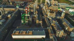 El abejón vuela sobre territorio de la planta con los tanques de aceite de los departamentos almacen de metraje de vídeo
