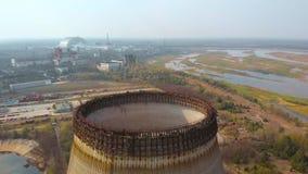 El abejón vuela sobre torre de enfriamiento cerca del NPP de Chernóbil metrajes