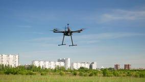 El abej?n de Hexacopter vuela en el cielo almacen de video