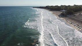 El abej?n 4k de la visi?n a?rea tir? de la playa en puesta del sol, ondas del mar se rompe en la playa de la arena metrajes