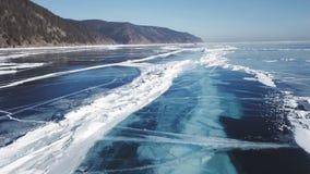 El abej?n sube sobre el hielo cristalino congelado del lago Baikal Visi?n superior Fondo natural y modelos almacen de video