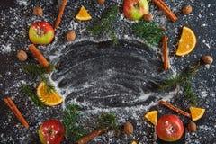 El abeto anaranjado del verde de la nieve de la nuez moscada moscada del cinamon de Apple ramifica Año Nuevo Foto de archivo libre de regalías
