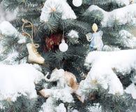 El abeto azul es adornado por los juguetes de la Navidad Elefantes, ángel, imágenes de archivo libres de regalías