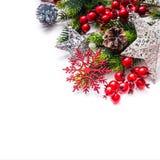 El abeto de la decoración de la Navidad protagoniza los copos de nieve aislados en blanco Imagen de archivo libre de regalías