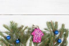 El abeto de la Navidad ramifica, adornado con la casa rosada brillante de las lentejuelas y otras decoraciones de la Navidad Imagenes de archivo