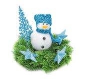 El abeto de la rama de la Navidad, muñeco de nieve con la bufanda azul Imagen de archivo