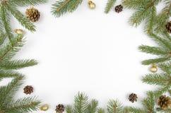 El abeto del marco de la Navidad ramifica, los conos y las bolas de oro Papel pintado de la Navidad Endecha plana, visión superio Fotografía de archivo