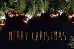 El abeto verde hermoso y la guirnalda de oro del vintage de la Navidad se enciende Fotografía de archivo